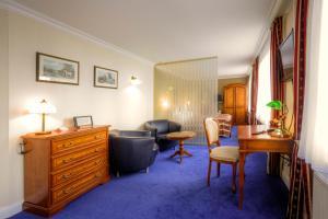 A seating area at Kurpark Hotel