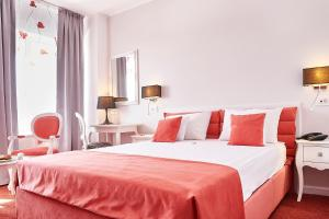 A bed or beds in a room at Continental Forum Oradea
