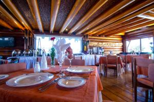 Un restaurante o sitio para comer en Panamericana Hotel Ancud