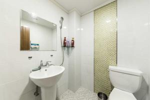 A bathroom at 8MOTEL