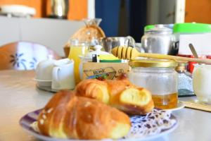 Breakfast options available to guests at Leonardo's Rooms