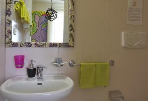 A bathroom at Leonardo's Rooms