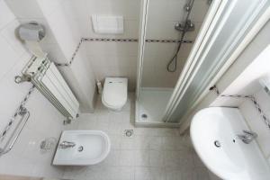 A bathroom at Hotel Corallo
