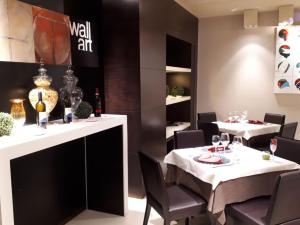 A restaurant or other place to eat at Wall Art Hotel & Residence