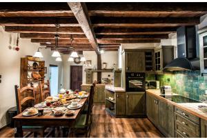 Cuisine ou kitchenette dans l'établissement Lemuria Manor, Wine Dark Sea Villas