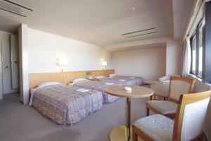 A bed or beds in a room at Hotel Pearl City Kobe