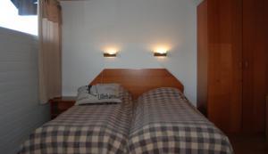 A bed or beds in a room at Eventyrlige Skaret