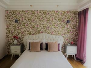 A bed or beds in a room at Villa Moments - Guest House