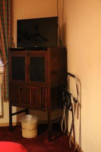 Телевизор и/или развлекательный центр в Hostellerie de Genève