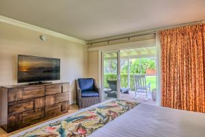 A bed or beds in a room at Royal Lahaina Resort