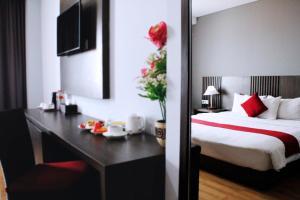 A bed or beds in a room at Merapi Merbabu Hotels Bekasi