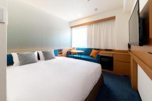 Een bed of bedden in een kamer bij Nishitetsu Inn Nihonbashi