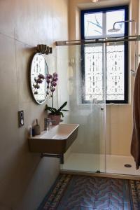 A bathroom at Au Miracle du Pain Doré