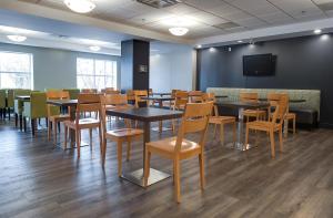 Un restaurante o sitio para comer en Country Inn & Suites by Radisson, Niagara Falls, ON