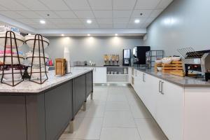 Una cocina o zona de cocina en Country Inn & Suites by Radisson, Niagara Falls, ON