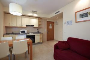 Una cocina o zona de cocina en Aparthotel Milord's Suites