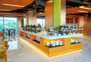 Een restaurant of ander eetgelegenheid bij Hotel Santika Premiere Ambon