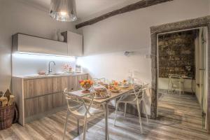 A kitchen or kitchenette at iRoom Civita