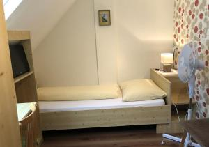 A bed or beds in a room at Bed & Breakfast Sonne