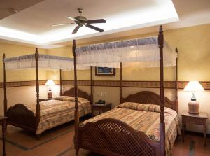 A bed or beds in a room at Hotel Colonial Granada