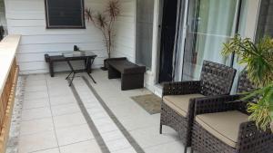 A seating area at Shaka Shak Garden Inn