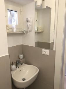 Um banheiro em vernazza vacation 3