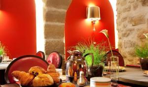 A restaurant or other place to eat at Hôtel De Fleurie