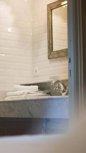 """A bathroom at Maison d'Hôtes """"Au coeur d'Avignon"""""""