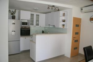 A kitchen or kitchenette at Apartman Old Town