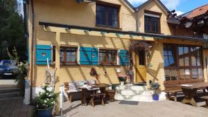 A restaurant or other place to eat at Gästehaus-Einkehr