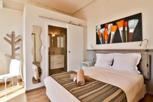 A bed or beds in a room at Hotel La Villa Florida