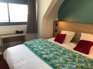 A bed or beds in a room at Hôtel Restaurant L'Escale d'en Arz