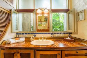 A bathroom at Finca Rosa Blanca Coffee Farm and Inn