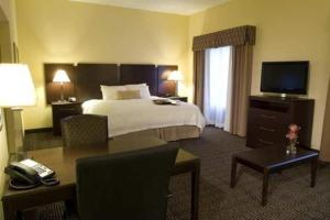 A bed or beds in a room at Hampton Inn & Suites Orlando-John Young Parkway/South Park