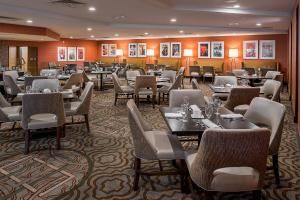 A restaurant or other place to eat at Hilton St. Louis Airport