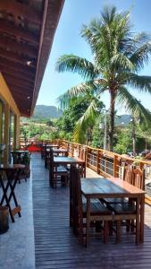 A restaurant or other place to eat at Ti Hostel Trindade