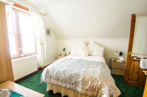 A bed or beds in a room at Anchorage B&B