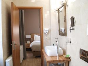 A bathroom at King Lodge