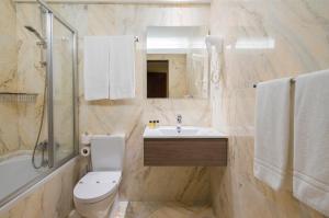 A bathroom at Hotel Internacional Porto