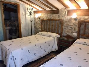 A bed or beds in a room at Hotel Rural Verdeancho