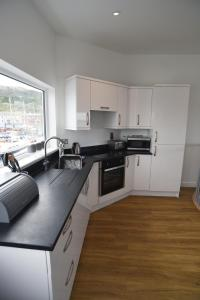 A kitchen or kitchenette at Crabbers' Wharf