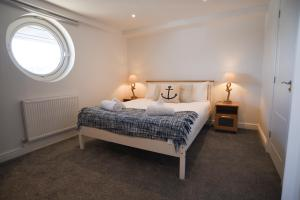 A bed or beds in a room at Crabbers' Wharf