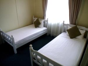 A bed or beds in a room at Coconut Palms On The Bay