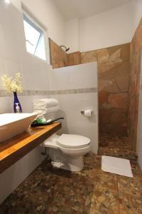 A bathroom at Hotel Villa Mozart y Macondo