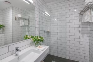 A bathroom at Sudima Hotel Christchurch Airport