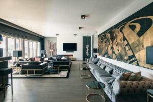 A seating area at MONBIJOU PENTHOUSE by Suite.030 high class apartments