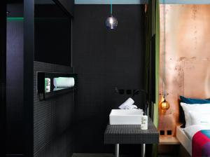 Een badkamer bij 25hours Hotel Bikini Berlin