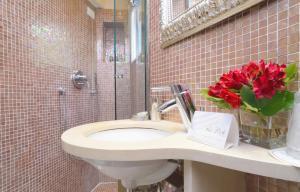 A bathroom at Hotel Le Isole