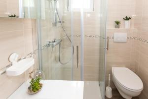 A bathroom at Villa Pergola-Apartment Toni