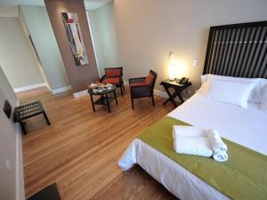 A bed or beds in a room at Patios de San Telmo